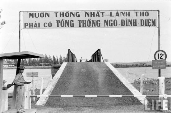 """""""Đấu biểu ngữ"""" cũng là một phần của cuộc chiến tâm lý giữa hai đầu cầu. Vào năm 1961, biểu ngữ ở cổng chào đầu cầu phía Nam là """"Muốn thống nhất lãnh thổ phải có Tổng thống Ngô Đình Diệm"""". Trở trêu thay, 2 năm sau đó vị Tổng thống độc đoán này đã chết thảm trong cuộc đảo chính do người Mỹ giật dây ở Sài Gòn."""
