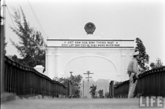 """Thông điệp của toàn thể nhân dân Việt Nam: """"Việt Nam hòa bình, thống nhất, độc lập, dân chủ và giàu mạnh muôn năm!"""". Hình ảnh thực hiện năm 1961."""