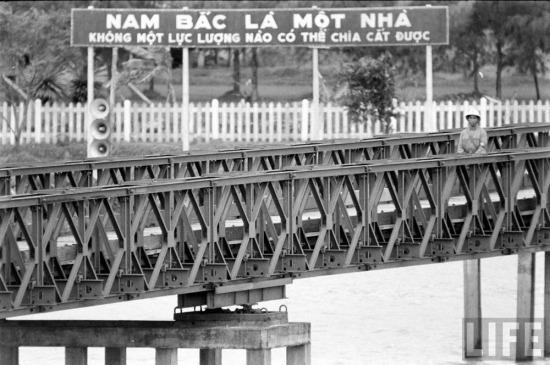 Nếu bờ Nam sông Bến Hải tràn ngập các biểu ngữ ca ngợi Tổng thống Diệm và bôi nhọ miền Bắc, thì những biểu ngữ ở miền Bắc tập trung vào việc thể hiện quyết tâm thống nhất đất nước...