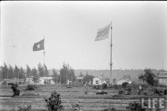 Mỹ và chính quyền Sài Gòn đã tìm mọi cách phá hoại cột cờ của Việt Nam Dân chủ cộng hòa. Cuộc không kích quy mô lớn vào ngày 2/8/1967 đã làm cột cờ bị gãy. Đêm hôm sau, các chiến sĩ Giải phóng đã đưa bộc phá sang đánh sập cột cờ ở bờ Nam. Từ đó đến hết chiến tranh, Việt Nam Dân chủ Cộng hòa đã thêm 11 lần dựng cờ bằng gỗ cao 12 - 18m, 42 lần lá cờ bị bom đạn phá hỏng.