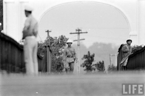 """""""Cuộc chiến màu sắc"""" là một diễn biến kịch tính khác, liên quan trực tiếp đến cầu Hiền Lương. Ở đoạn giữa cầu có một vạch trắng kẻ ngang, rộng 1cm được dùng làm ranh giới. Những người lính của hai phía nhiều khi chỉ đứng cách nhau vài mét ở hai bên ranh giới này."""