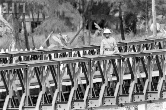 Thoạt đầu Việt Nam Cộng hòa chủ động sơn một nửa cầu phía nam thành màu xanh, Việt Nam Dân chủ Cộng hòa liền sơn tiếp màu xanh một nửa cầu còn lại. Sau Việt Nam Cộng hòa lại chuyển sang màu nâu thì Việt Nam Dân chủ Cộng hòa cũng sơn lại màu nâu...