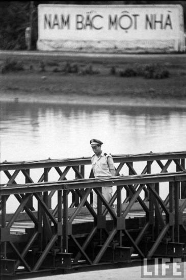Cứ như thế, cầu Hiền Lương luôn thay đổi màu sắc, hễ Việt Nam Cộng hòa sơn một màu khác đi thì ngay lập tức Việt Nam Dân chủ Cộng hòa liền sơn lại cho giống. Đây là một cách đấu tranh chính trị nhằm nói lên khát vọng thống nhất đất nước của những chiến sĩ Giải phóng.