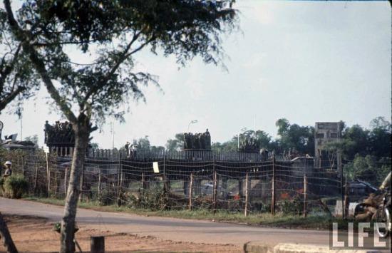 Trong những năm 1960, Mỹ và chính quyền Ngô Đình Diệm không tôn trọng hiệp định Genève, ra sức khiêu khích, gây chiến với lực lượng Việt Nam dân chủ cộng hòa bảo vệ khu vực giới tuyến. Ảnh: Xe tải chở quân đội Sài Gòn hướng về gần vĩ tuyến 17, 1966.