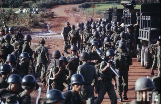 Quân đội Sài Gòn tập kết gần vĩ tuyến 17 với các vũ khí hạng nặng.