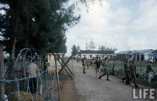 Trại lính của quân đội Sài Gòn gần vùng giới tuyến thuộc tỉnh Quảng Trị