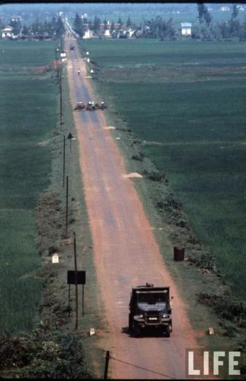 Tình trạng ngừng bắn tại vĩ tuyến 17 chấm dứt. Sau nhiều cuộc giằng co, từ tháng 6 năm 1969 cho đến 1975, khu vực này nằm dưới sự kiểm soát của quân lực lượng Giải phóng. Ảnh: Con đường phía Nam cầu Hiền Lương, 1966.