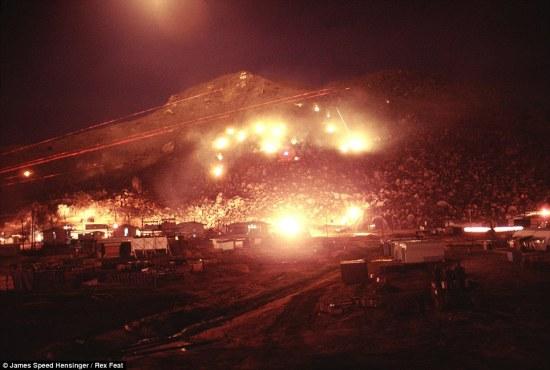 Đêm hôm sau, ông Hessinger lắp máy ảnh Nikon FTN của mình để có thể bắt được cảnh đọ súng. Khi người lính Giải phóng bắt đầu bắn, quân Mỹ dùng hỏa lực mạnh đáp trả. Trong ảnh, pháo sáng của quân Mỹ làm rực sáng những quả núi, nơi quân du kích ẩn nấp.