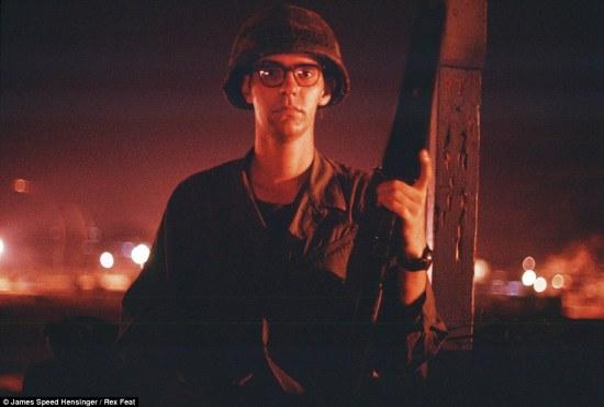 James Speed Hensinger cho biết thêm, thời điểm chụp các bức ảnh là vào tháng 4/1970 khi đó ông mới 22 tuổi, là một lính nhảy dù thuộc Lữ đoàn 173. Ông đã giữ kín các bức ảnh trong suốt hơn 40 năm và đến giờ mới quyết định công bố. Trong ảnh là chân dung tụ chụp của ông khi ở Việt Nam.