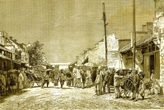 Các công chức người Pháp tụ tập trên đường phố Hà Nội.