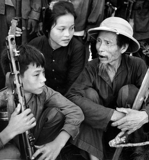 Dân quân thuộc hợp tác xã nông nghiệp Hồng Kỳ: Cụ Lê Văn Thân, cậu học sinh Bùi Văn Nguyên và nữ nông dân Lê Thị Nga. Hầu hết nam thanh niên ở nông thôn miền Bắc đã ra trận, chỉ còn người già, phụ nữ và trẻ em ở nhà.