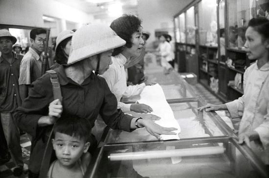 Trong cửa hàng bách hóa tổng hợp ở Hà Nội.