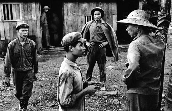 Các thợ mỏ nói chuyện với nhau tại mỏ than lộ thiên ở Cẩm Phả.