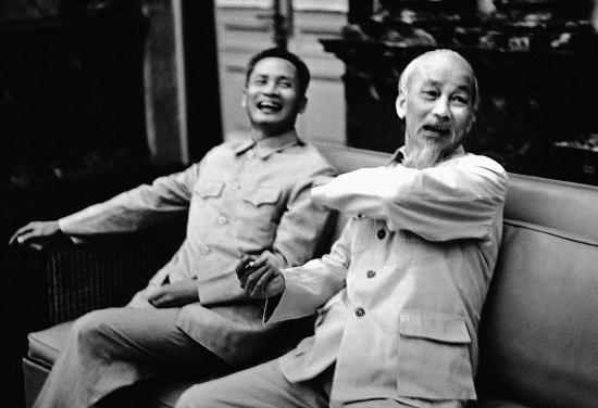 Chủ tịch Hồ Chí Minh và Thủ tướng Phạm Văn Đồng tại Phủ Chủ tịch.