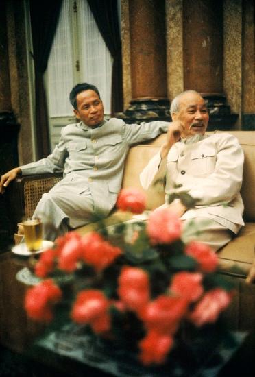 Bức ảnh màu hiếm có về hai nhà lãnh đạo cao nhất của Việt Nam Dân chủ Cộng hòa năm 1965.