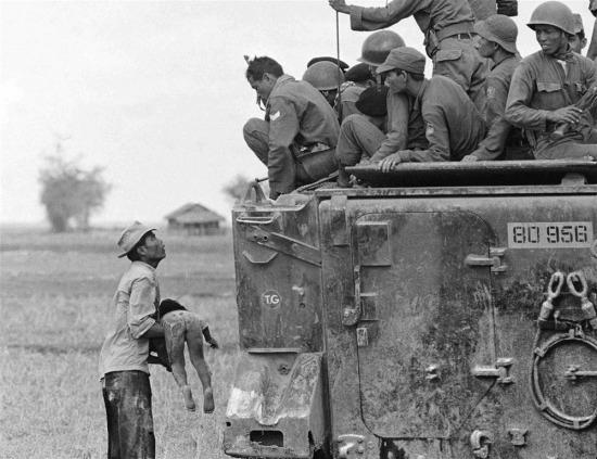 Bức ảnh đoạt giải thưởng Pulitzer đầu tiên về chiến tranh Việt Nam là tác phẩm của nhiếp ảnh gia huyền thoại Horst Faas, phóng viên ảnh của hãng thông tấn AP (Associated Press). Bức ảnh chụp ngày 19/3/1964, ghi lại cảnh một người dân Việt Nam ôm xác con trong khi toán lính biệt kích của quân đội Sài Gòn nhìn xuống từ xe thiết giáp. Đứa trẻ đã bị chết khi quân Sài Gòn truy đuổi du kích Giải phóng trong một ngôi làng gần biên giới Campuchia. Bức ảnh đã đoạt giải Pulitzer năm 1965.