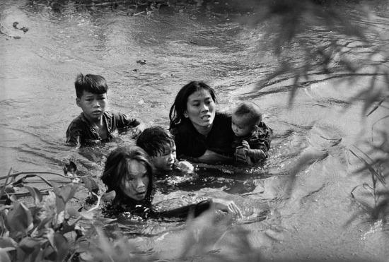 Năm 1966, đề tài chiến tranh Việt Nam tiếp tục giành giải thưởng danh giá của Pulitzer. Đó là bức ảnh của phóng viên Kyoichi Sawada, hãng thông tấn UPI (United Press International) ghi lại cảnh một bà mẹ Việt Nam cùng 4 đứa con lội qua một dòng sông ở Bình Định để chạy trốn khỏi những cuộc không kích từ máy bay Mỹ. Bức ảnh được chụp trong năm 1965.