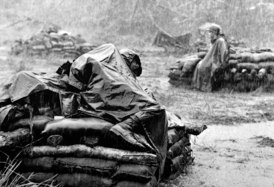 """Từ năm 1968, giải thưởng nhiếp ảnh Pulitzer được chia thành hai hạng mục: Ảnh vấn đề sự kiện (Feature Photography) và Ảnh tin tức (Spot News Photography). Ở hạng mục Ảnh vấn đề sự kiện của năm đó, phóng viên Toshio Sakai của hãng thông tấn UPI đã giành được giải thưởng với bức ảnh có tên """"Mơ về một thời kỳ tốt đẹp hơn"""" (Dreams of Better Times), ghi lại cảnh những người lính Mỹ nghỉ ngơi dưới cơn mưa nặng hạt ở Việt Nam."""