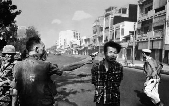"""Năm 1969, phóng viên ảnh nổi tiếng Edward T. Adams (Eddies Adams) của hãng thông tấn AP giành giải thưởng Pulitzer cho hạng mục Ảnh tin tức với bức ảnh """"Vụ hành quyết Sài Gòn"""" (Saigon Execution), ghi lại cảnh Giám đốc cảnh sát VNCH Nguyễn Ngọc Loan bắn thẳng vào đầu chiến sĩ Việt Cộng Nguyễn Văn Lém trên đường phố Sài Gòn vào ngày 1/2/1968, khoảng thời gian đầu của cuộc Tổng tấn công Tết Mậu Thân."""