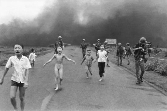 """Năm1973, phóng viên ảnh Huỳnh Công Út (Nick Út) của hãng thông tấn AP giành giải thưởng của hạng mục Ảnh tin tức với bức ảnh """"Sự khủng khiếp của chiến tranh"""" (The Terror of War), ghi lại cảnh cô bé 9 tuổi Kim Phúc bỏ chạy trong hoảng loạn vì bỏng bom napalm trong một cuộc không kích sai địa chỉ của không quân Mỹ tại Trảng Bàng, Tây Ninh, ngày 8/6/1972. Bức ảnh này đã đi vào lịch sử với cái tên """"Em bé Napalm""""."""