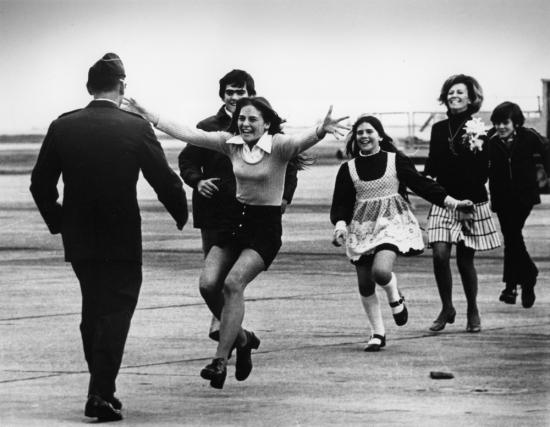 """Năm 1974, phóng viên ảnh Slava Veder của AP giành giải Pulitzer của hạng mục Ảnh vấn đề sự kiện cho bức ảnh """"Niềm vui vỡ òa"""" (Burst of Joy). Bức ảnh được chụp tại căn cứ không quân Travis (California, Mỹ) ngày 17/3/1973, ghi lại cảnh tù binh chiến tranh, Trung úy Robert L.Stim được gia đình chào đón khi trở về từ Việt Nam, ngày 17/3/1973."""