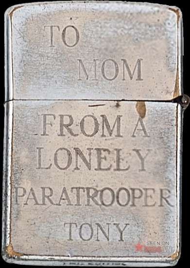 """Những dòng nhắn nhủ người mẹ của người lính có tên Tony: """"Gửi mẹ. Từ một người lính dù cô độc. Tony""""."""