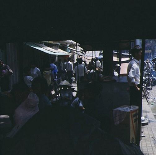 Chợ Cũ bên đại lộ Hàm Nghi.