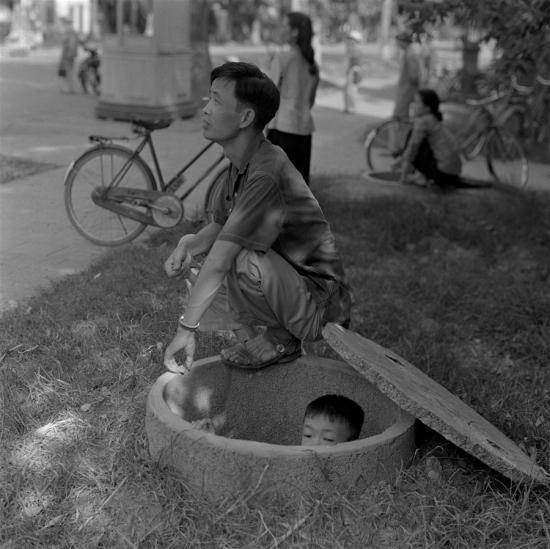 Trẻ em nấp dưới hầm trú bom.