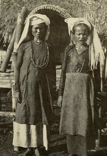 Hai người phụ nữ Chăm trong trang phục truyền thống.