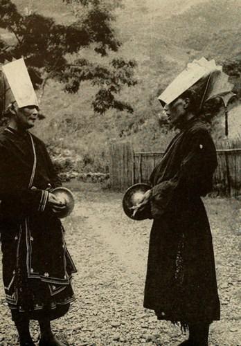 Hai nữ thầy mo người Mán (Dao) chuẩn bị thực hiện một điệu nhảy nghi lễ ở Nguyên Bình, Cao Bằng.