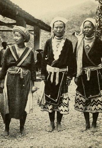 Hai phụ nữ Mán (phải) và một phụ nữ H'Mông (trái) tại một phiên chợ ở Nguyên Bình, Cao Bằng.