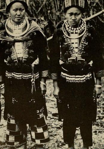Các phụ nữ Mán ở Tĩnh Túc, Cao Bằng đeo rất nhiều trang sức bằng bạc trên người.