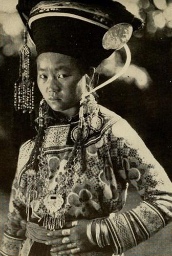 """Phụ nữ H'Mông Trắng ở Hà Giang. Hình ảnh in trong ấn phẩm """"Cư dân Đông Dương thuộc Pháp"""" xuất bản năm 1944."""