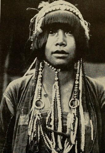 Một cô gái Lô Lô với những chuỗi hạt trĩu nặng đeo trên cổ.