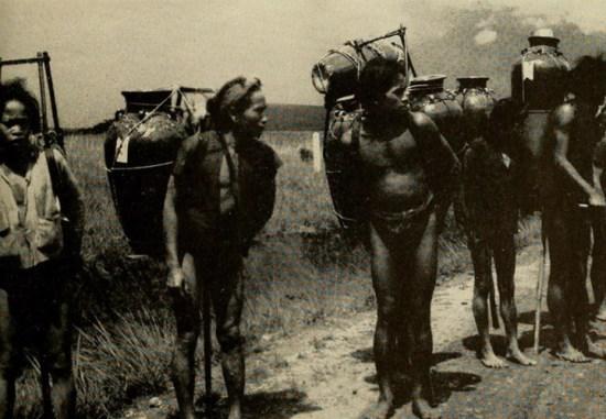Người dân tộc Ê Đê ở Lâm Đồng gùi trên lưng những bình gốm lớn. -