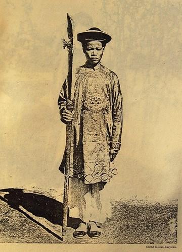 Một người Hoa trong trang phục sân khấu.