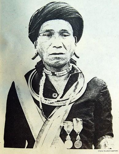 Vị trưởng bản người Châu Mạ.