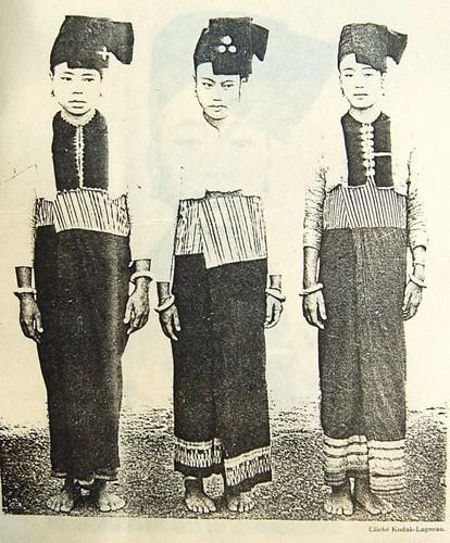 Một nhóm phụ nữ Thái ở Sầm Nưa.