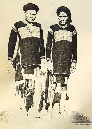 Hai người đàn ông Ê Đê ở Buôn Ma Thuột. Hình ảnh được giới thiệu trong một ấn phẩm về các dân tộc ở Đông Dương, xuất bản ở Pháp năm 1931, được đăng tải lại trên trang Belleindochine.free.fr.