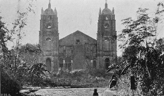 Nhà thờ Phủ Cam ở Huế đang được xây dựng.