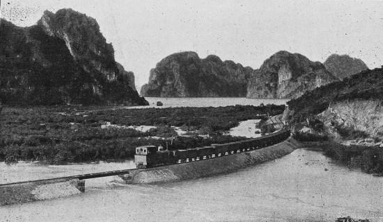 Tuyến đường sắt chạy qua Hòn Gai, Quảng Ninh.