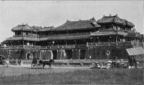 Cổng Ngọ Môn của Hoàng thành Huế. Hình ảnh nằm trong loạt ảnh Việt Nam thời thuộc địa trích từ một ấn phẩm của Pháp xuất bản năm 1900, được giới thiệu trên trang Gallica.bnf.fr.