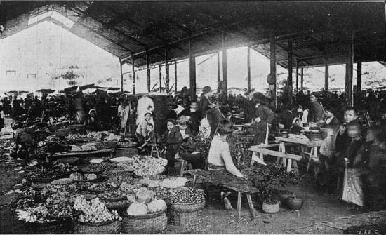 Bên trong một khu chợ ở Hà Nội thời thuộc địa.