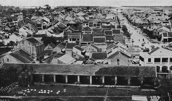 Phố cổ Hà Nội nhìn từ thành Hà Nội, phía xa là sông Hồng.