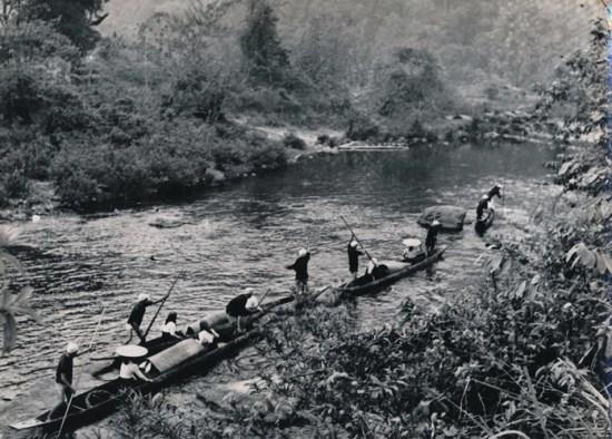 Người dân tộc Thái di chuyển bằng thuyền trên sông ở vùng núi phía Bắc