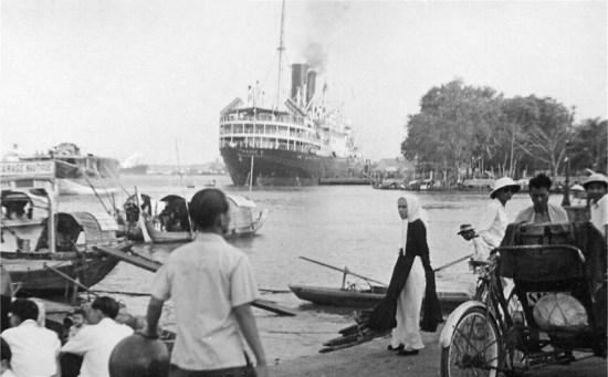 Tàu Athos II nổi tiếng của hãng tàu biển Messageries Maritimes tại bến Nhà Rồng, Sài Gòn thập niên 1950