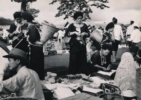 Khu chợ của người dân tộc H'Mông, Đông Dương thập niên 1950. Hình ảnh được nhà sưu tập Manhhai giới thiệu trên trang Flickr.