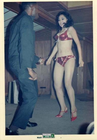 Lính Mỹ cặp kè với gái nhảy trong một hộp đêm