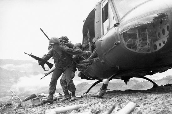 """Lính Sư đoàn Không vận 101 của Mỹ đổ bộ lên núi A Bia hay """"Đồi Thịt Băm"""" (Hamburger Hill) - điểm cao chiến lược ở thung lũng A Sầu, Thừa Thiên-Huế, ngày 18/5/1969."""