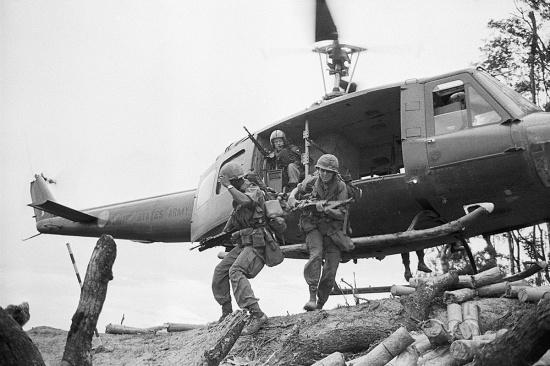 """Lính Sư đoàn Không vận 101 của Mỹ đổ bộ lên núi A Bia hay """"Đồi Thịt Băm"""" (Hamburger Hill)"""